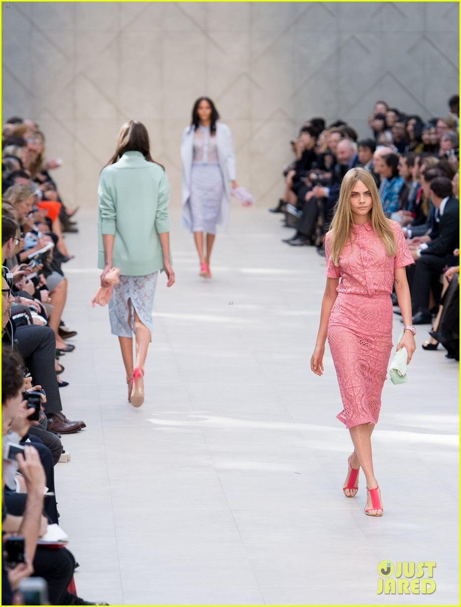 cara delevingne jourdan dunn walk in burberry show 07