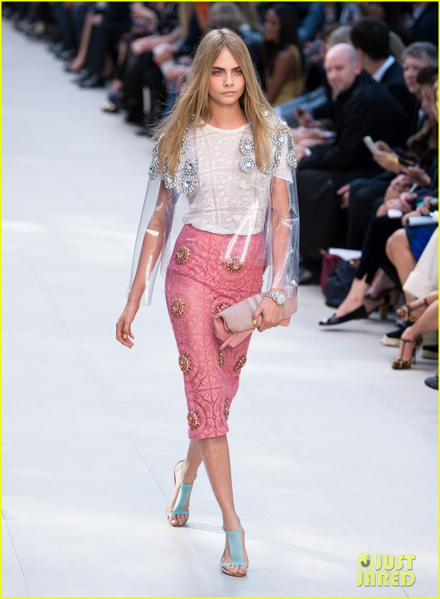 cara delevingne jourdan dunn walk in burberry show 11