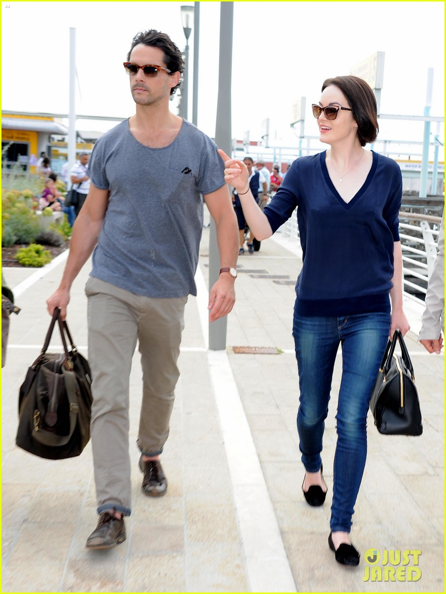 michelle dockery new boyfriend hold hands at venice airport 01