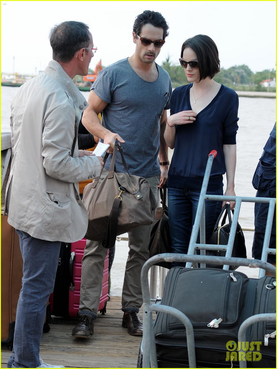 michelle dockery new boyfriend hold hands at venice airport 04