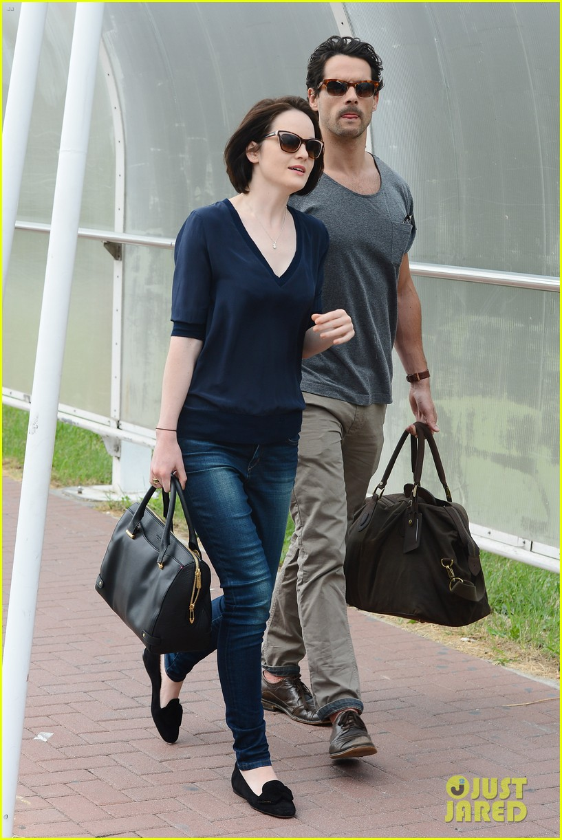 michelle dockery new boyfriend hold hands at venice airport 122941774