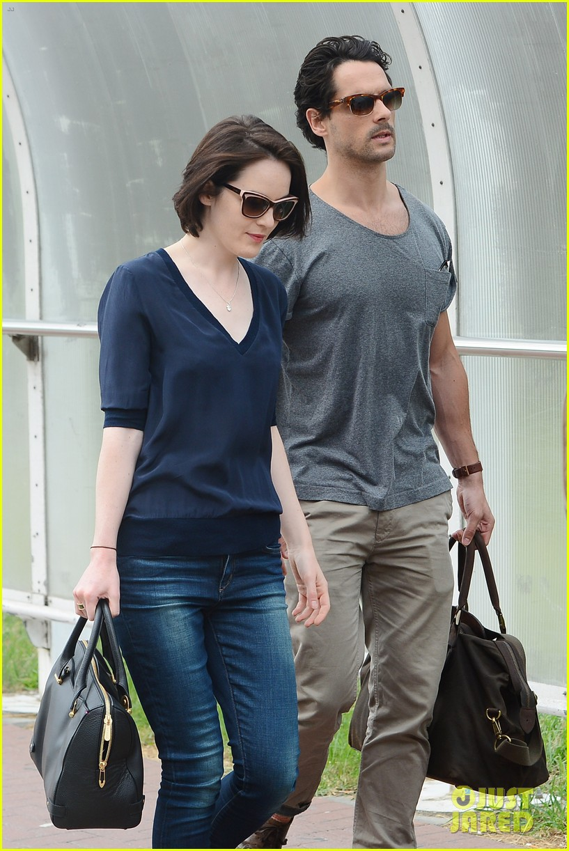michelle dockery new boyfriend hold hands at venice airport 132941775