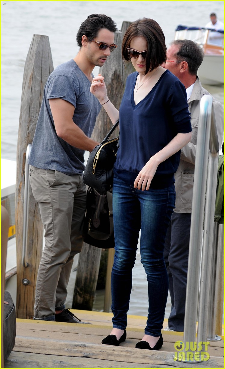 michelle dockery new boyfriend hold hands at venice airport 232941785