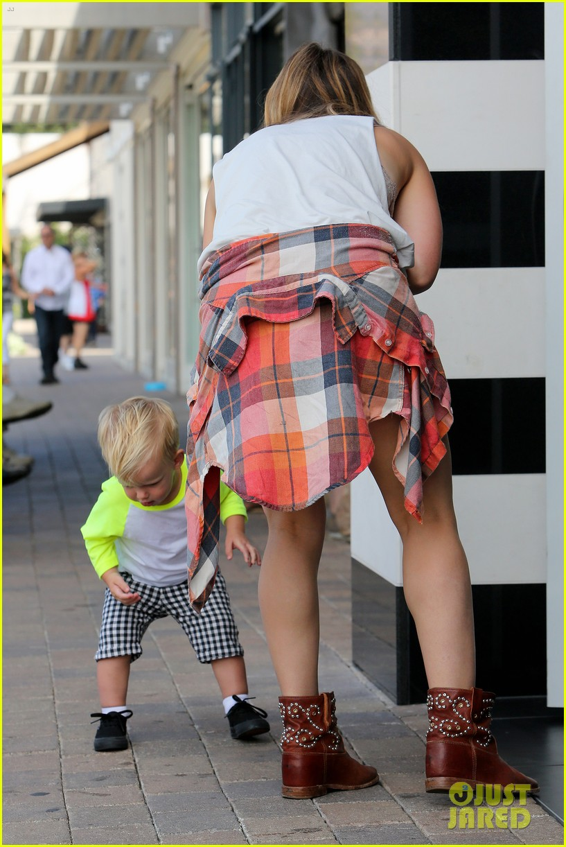 hilary duff mike comrie malibu beach with luca 19