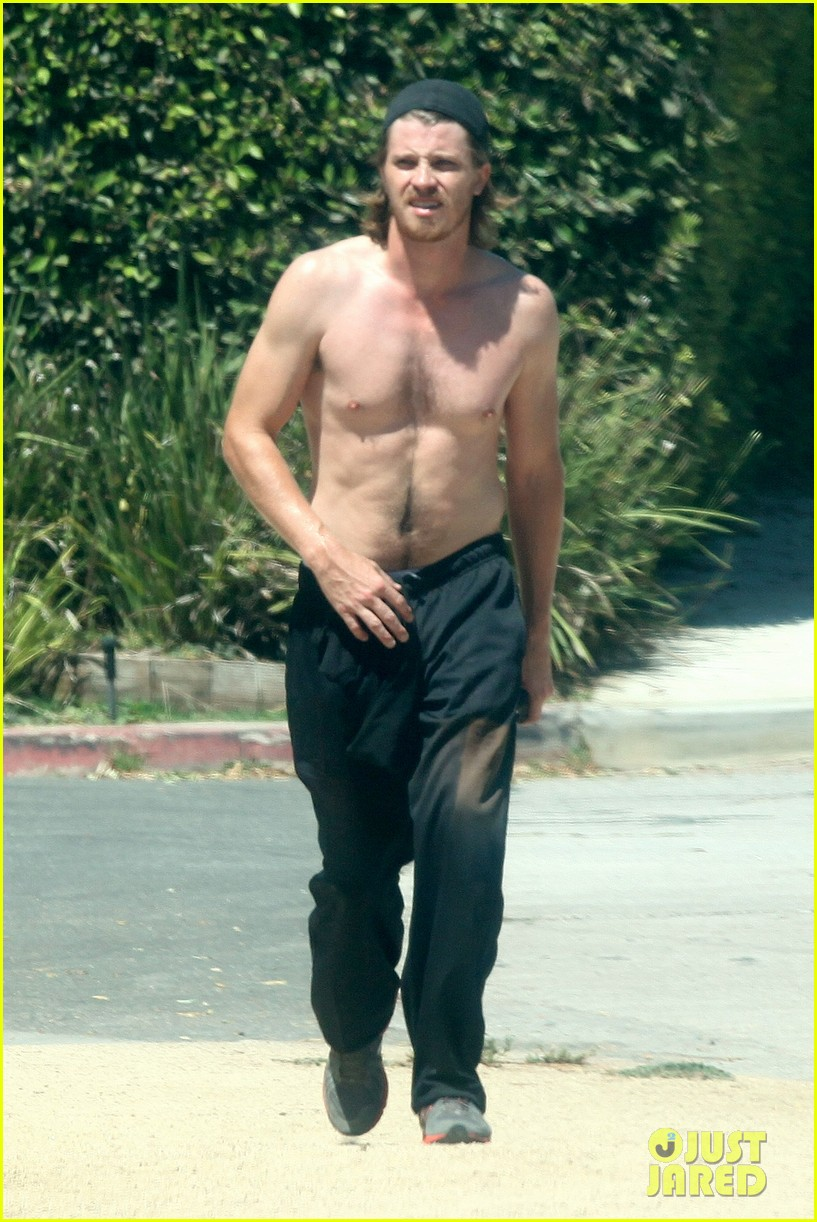 garrett hedlund goes shirtless for run kirsten dunst shops 06