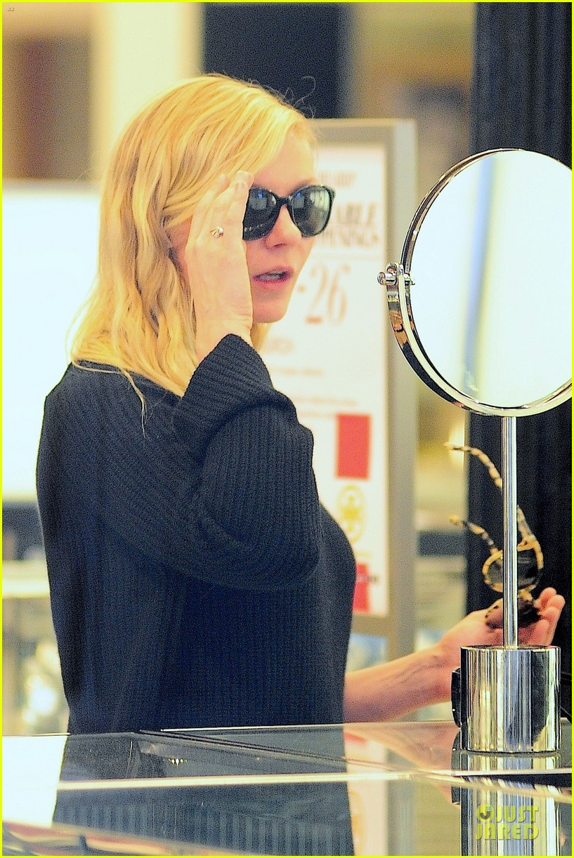 kirsten dunst shops for new sunglasses in nyc 04