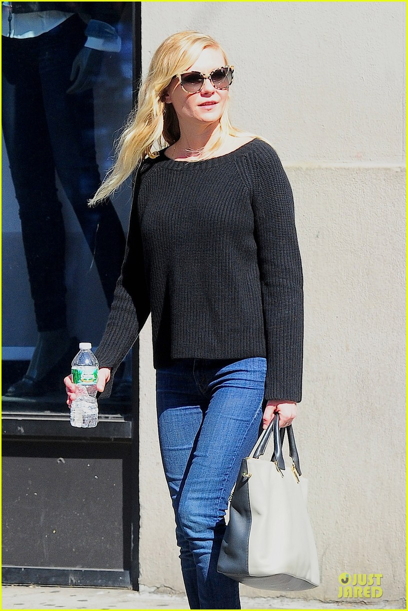 kirsten dunst shops for new sunglasses in nyc 13