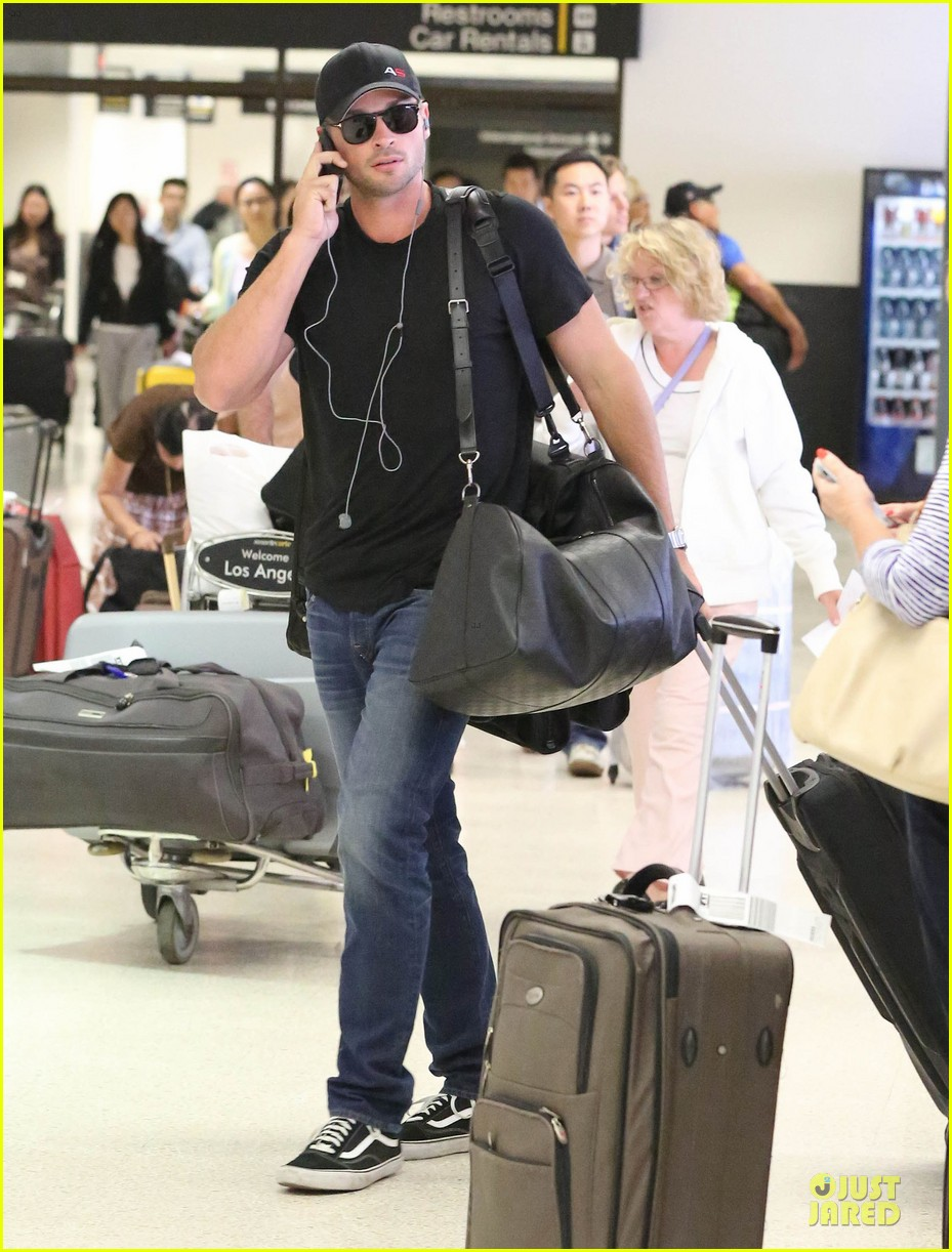 zac efron tom welling lax arrival after toronto film festival 05