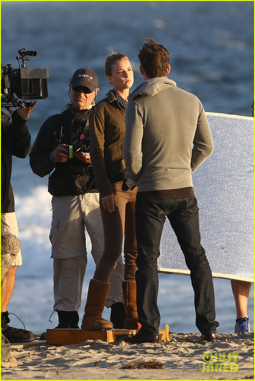 emily vancamp kisses barry sloane for revenge 122961029