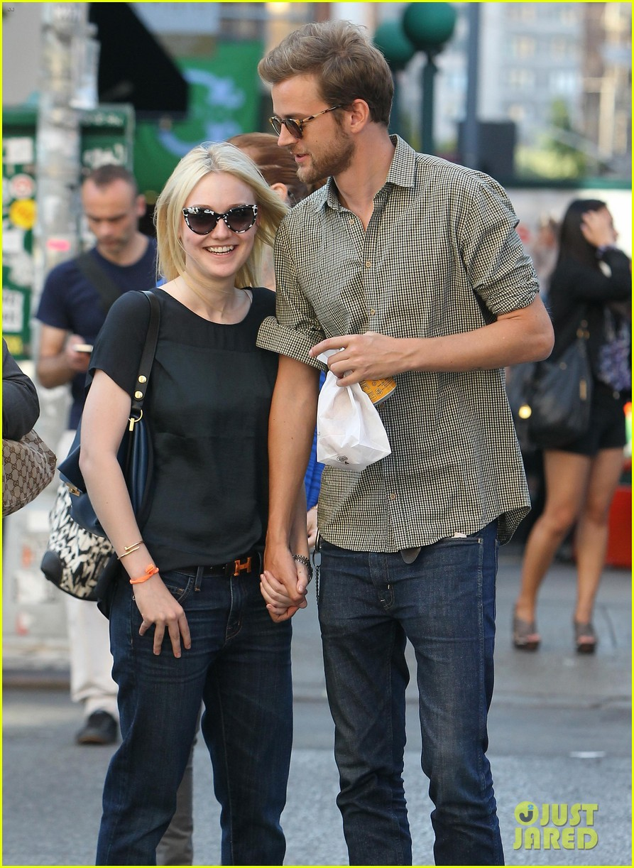 dakota fanning jamie strachan hold hands in new york 02