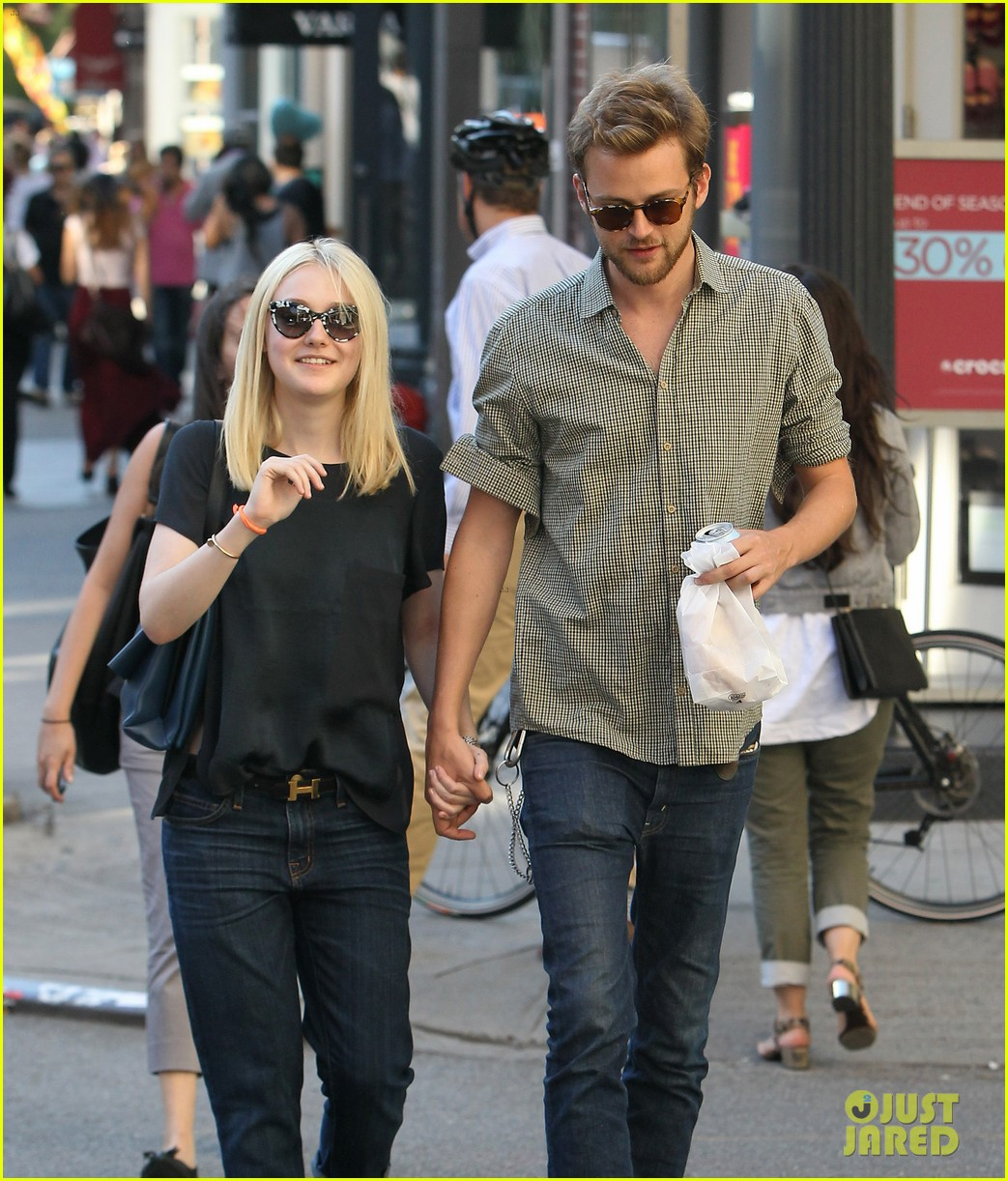 dakota fanning jamie strachan hold hands in new york 22