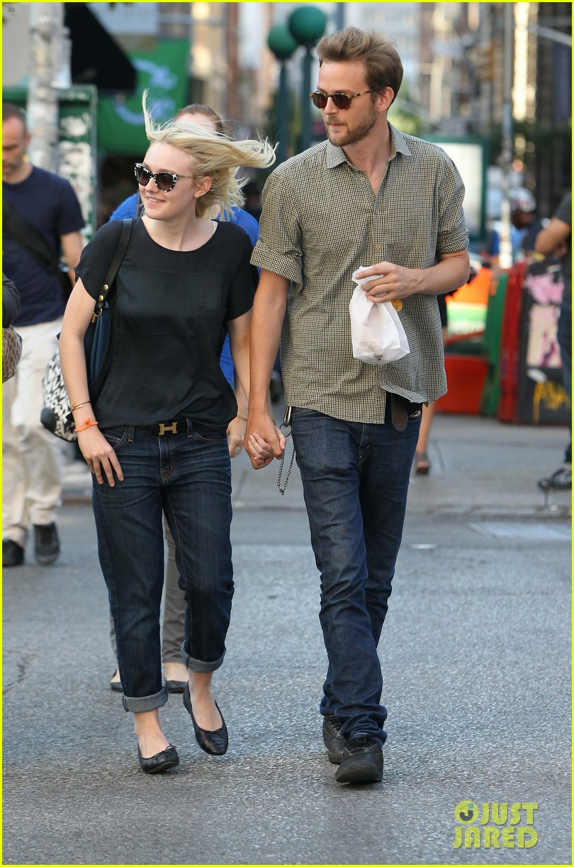 dakota fanning jamie strachan hold hands in new york 23
