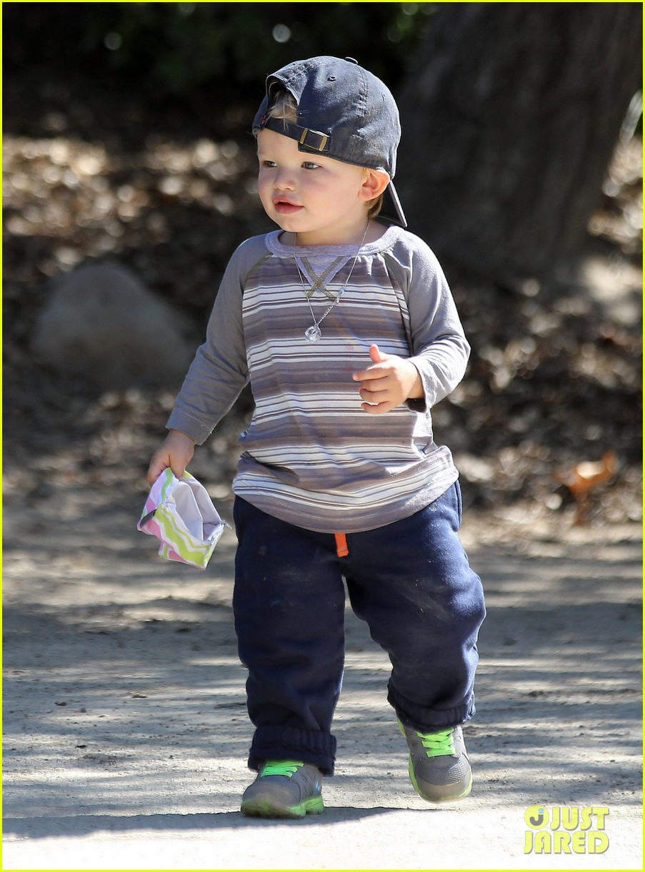 jennifer garner brings samuel to meet a horse 20