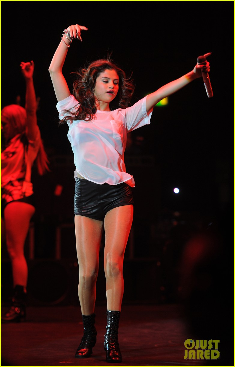 selena gomez makes radio stop after hammersmith show 062947961