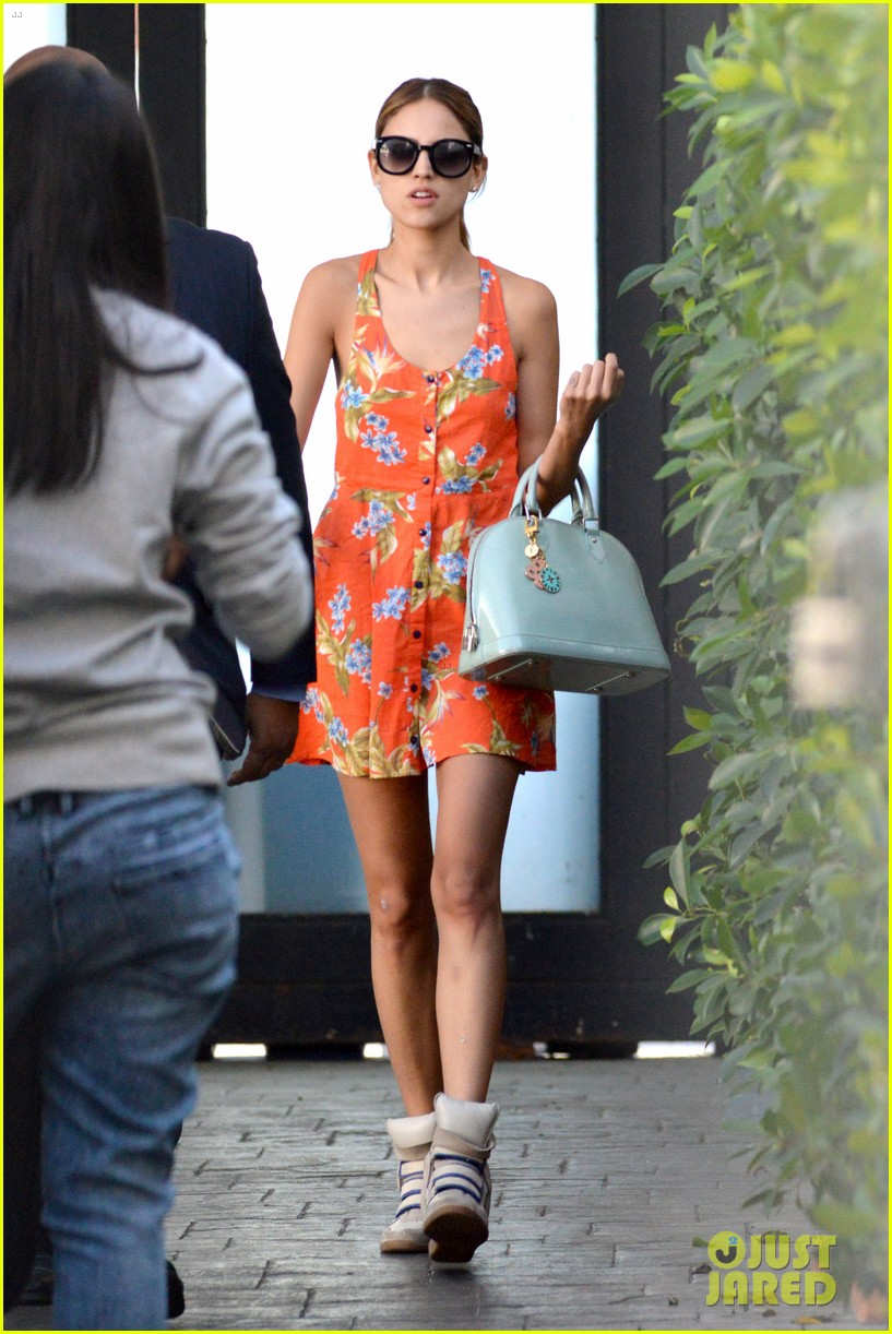 eiza gonzalez steps out after kissing liam hemsworth 10