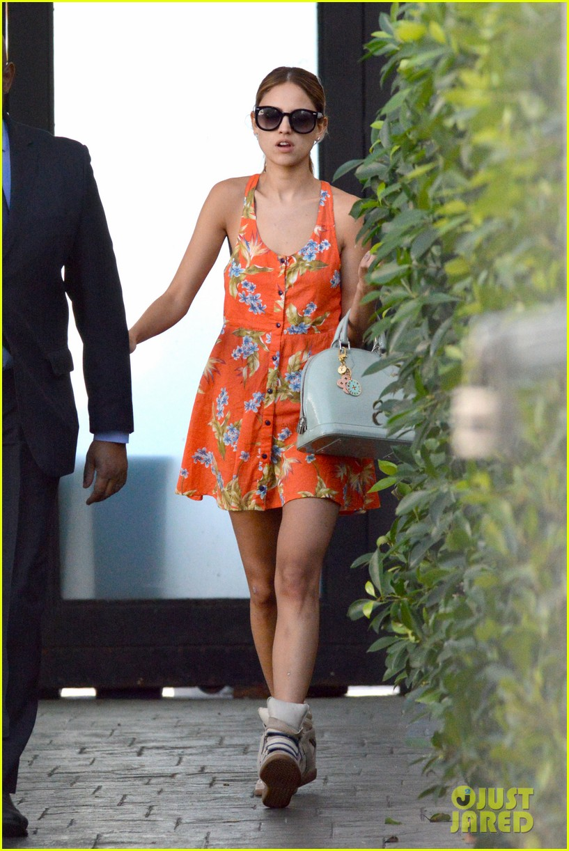 eiza gonzalez steps out after kissing liam hemsworth 112954812