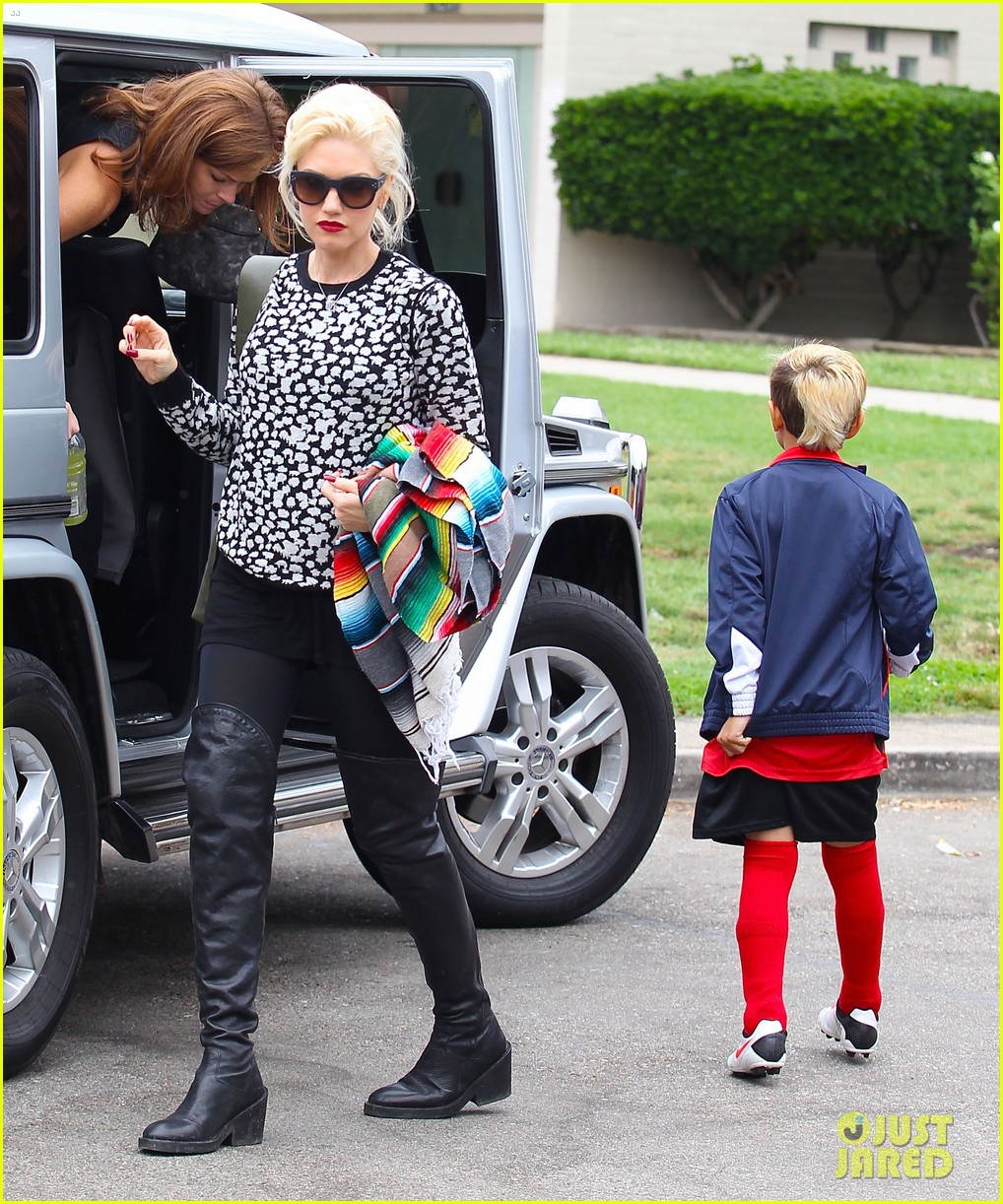 gwen stefani gavin rossdale sit sidelines at kingston soccer game 102957813