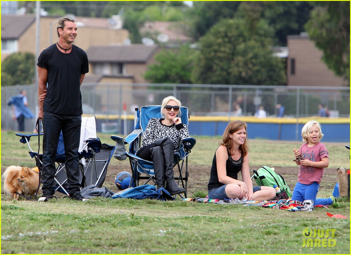 gwen stefani gavin rossdale sit sidelines at kingston soccer game 35
