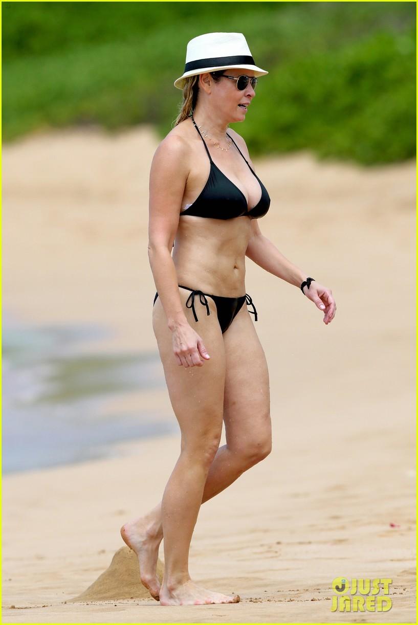 chelsea handler bares bikini beach body in hawaii 08