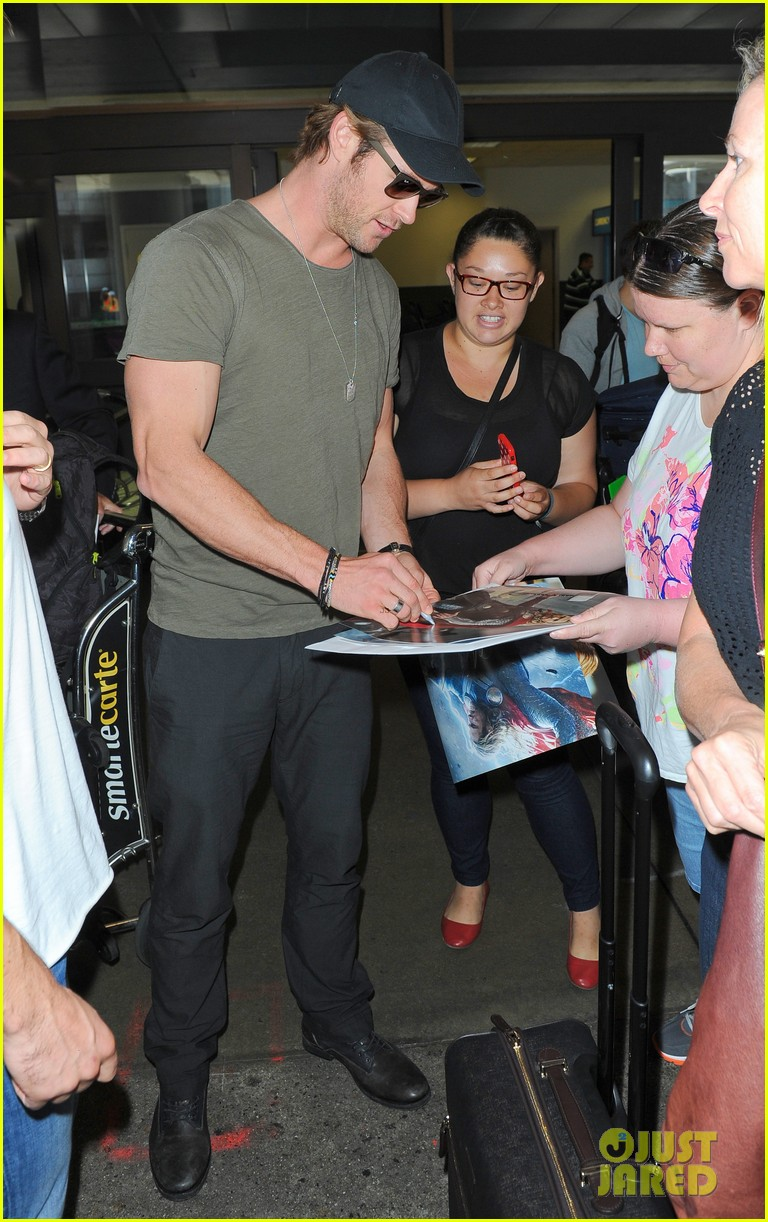chris hemsworth bares buff arms while landing in los angeles 042953367