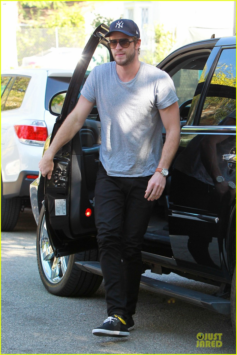 liam hemsworth visits friend after unfollowing miley cyrus 062954295