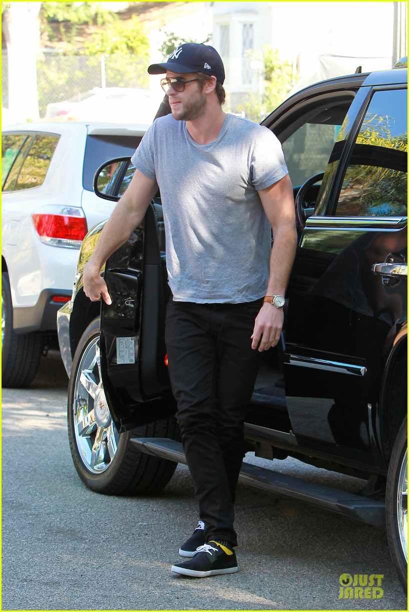 liam hemsworth visits friend after unfollowing miley cyrus 132954302
