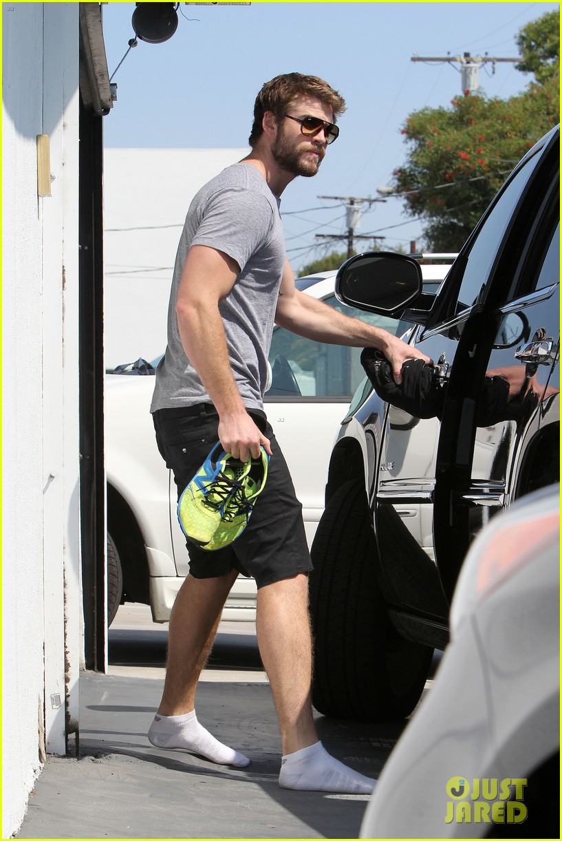 liam hemsworth steps out after new january jones rumors 03