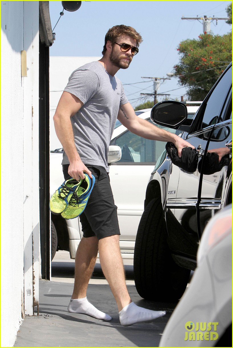 liam hemsworth steps out after new january jones rumors 08