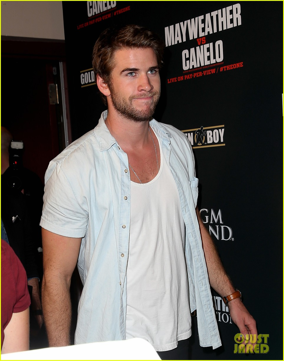 liam hemsworth attends mayweather vs alvarez fight 02