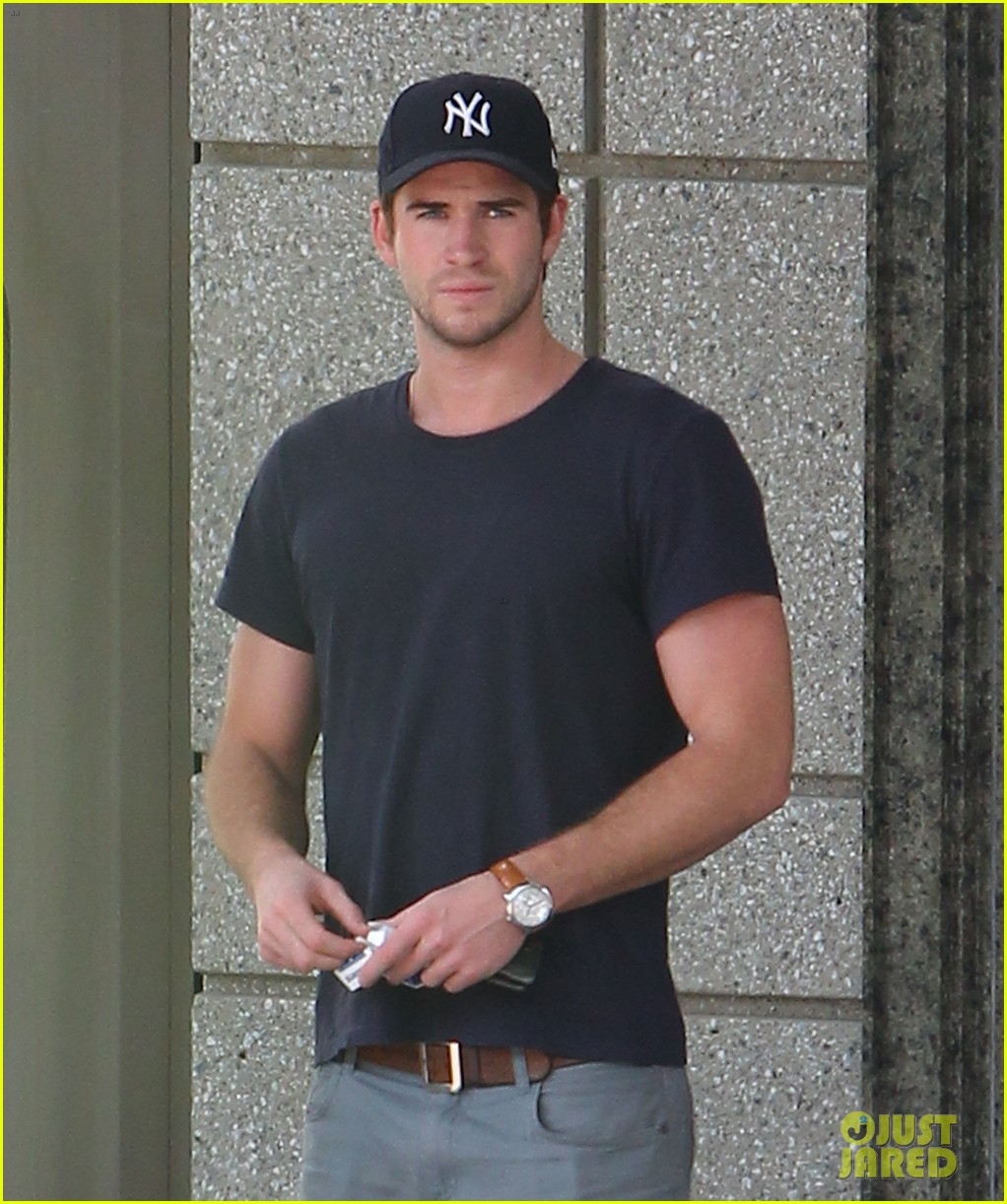 liam hemsworth spotted in atlanta after mockingjay filming begins 14