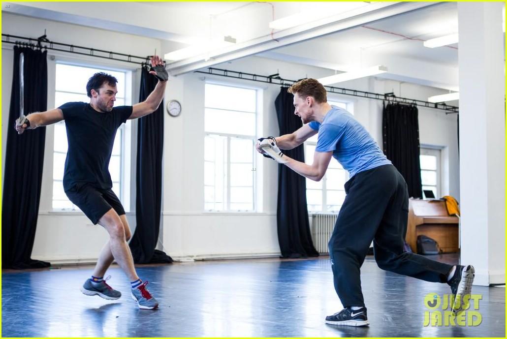 tom hiddleston fight practice for coriolanus production 01