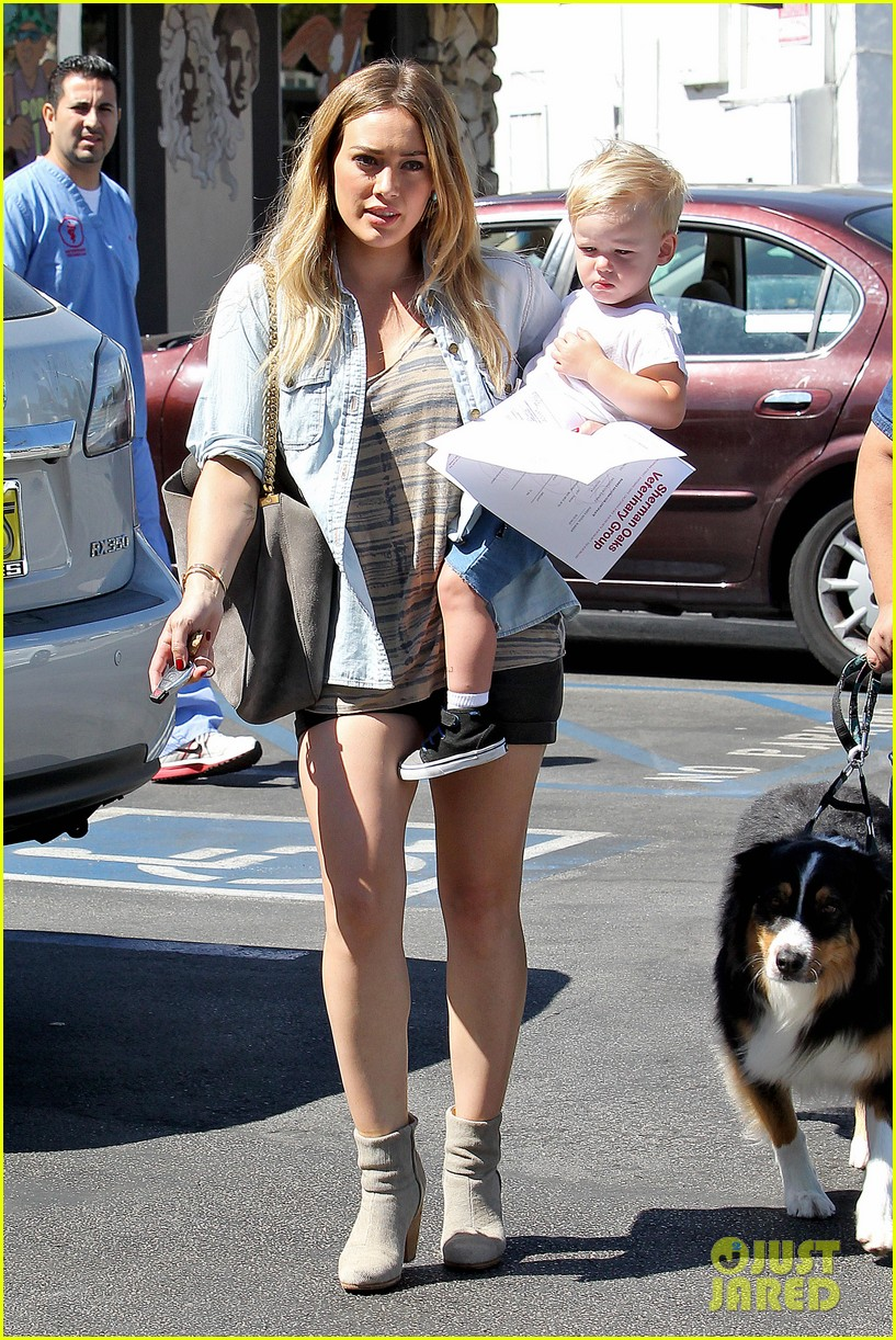 hilary duff hits starbucks after vet visit 10