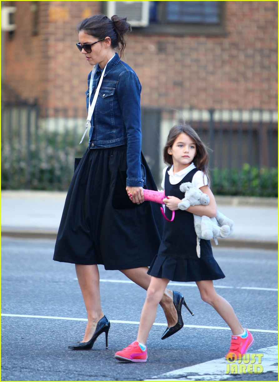 katie holmes morning stroll with suri after trying cronuts 04