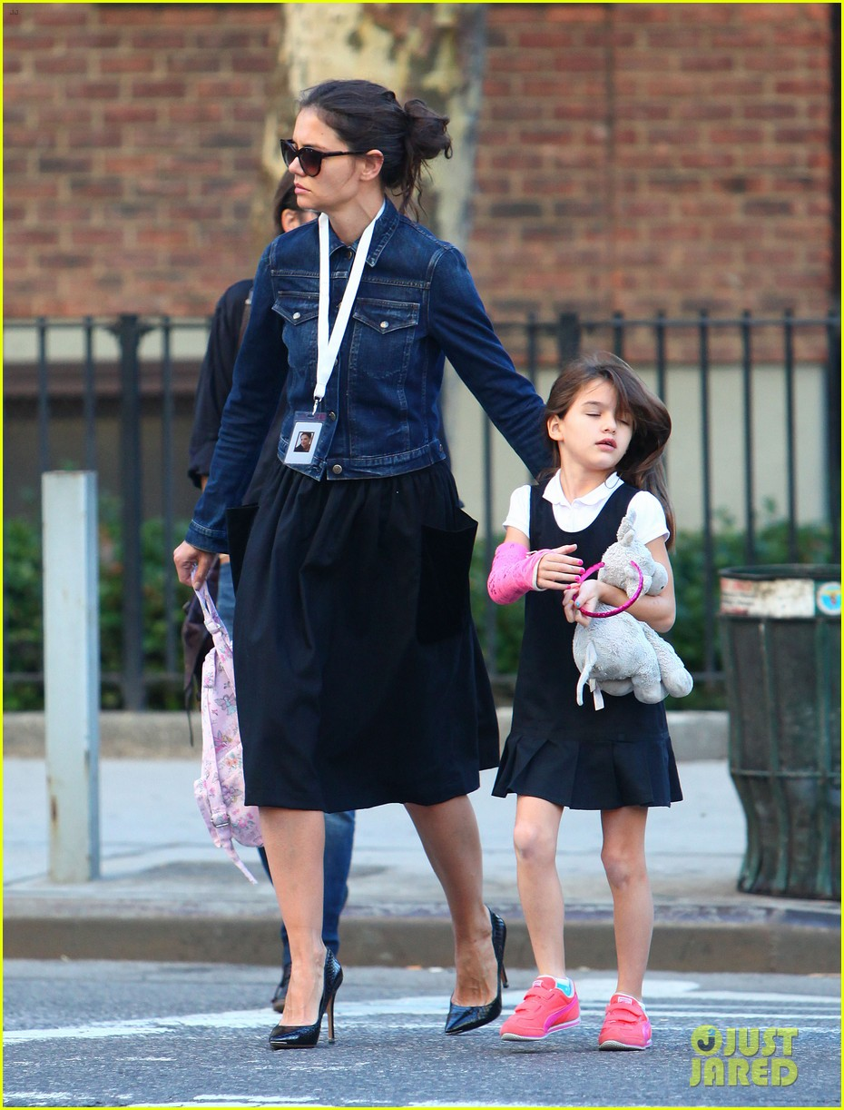 katie holmes morning stroll with suri after trying cronuts 062959900