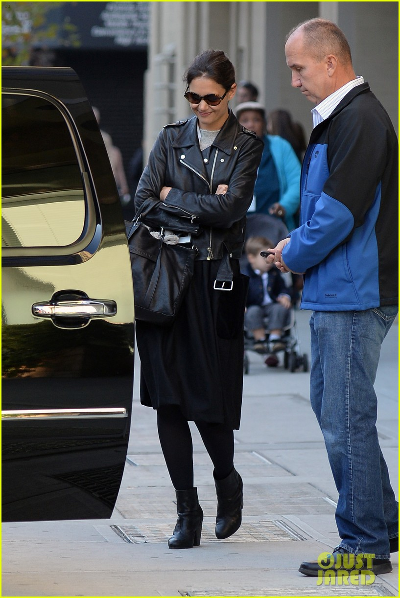 katie holmes heads home afte dropping suri at school 102955549