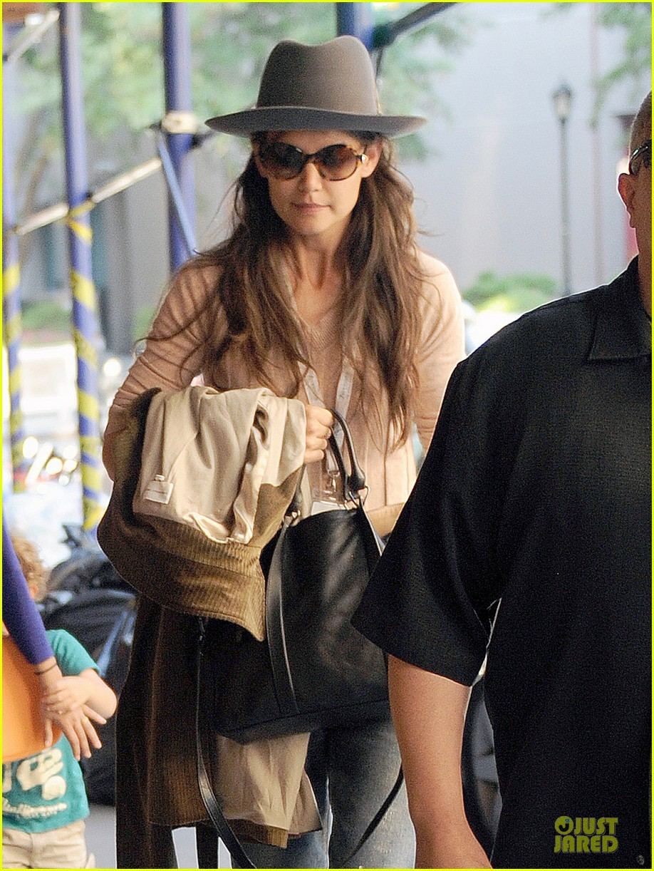 katie holmes suri matches sunglasses with arm cast 02
