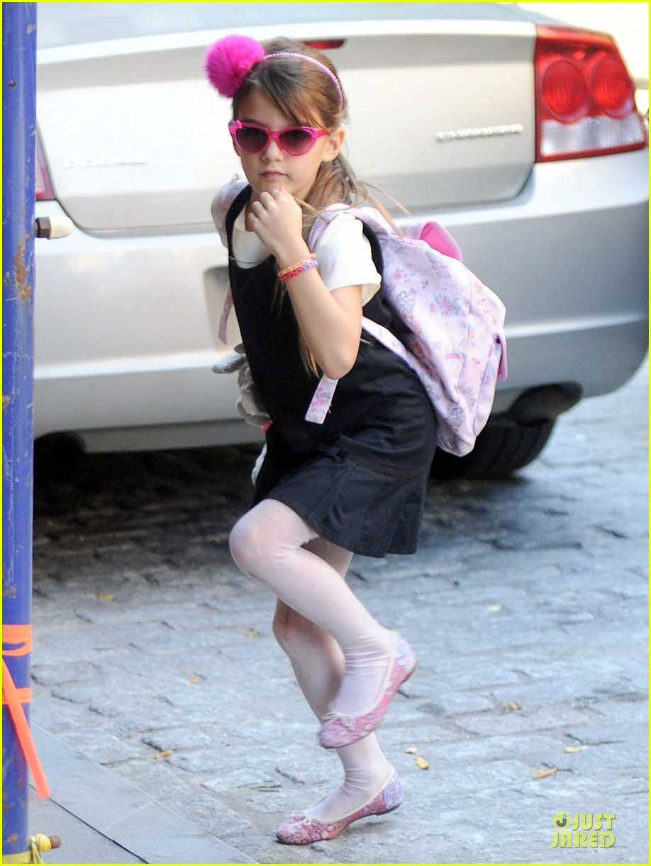 katie holmes suri matches sunglasses with arm cast 05