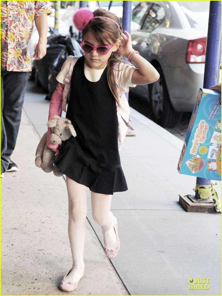 katie holmes suri matches sunglasses with arm cast 10