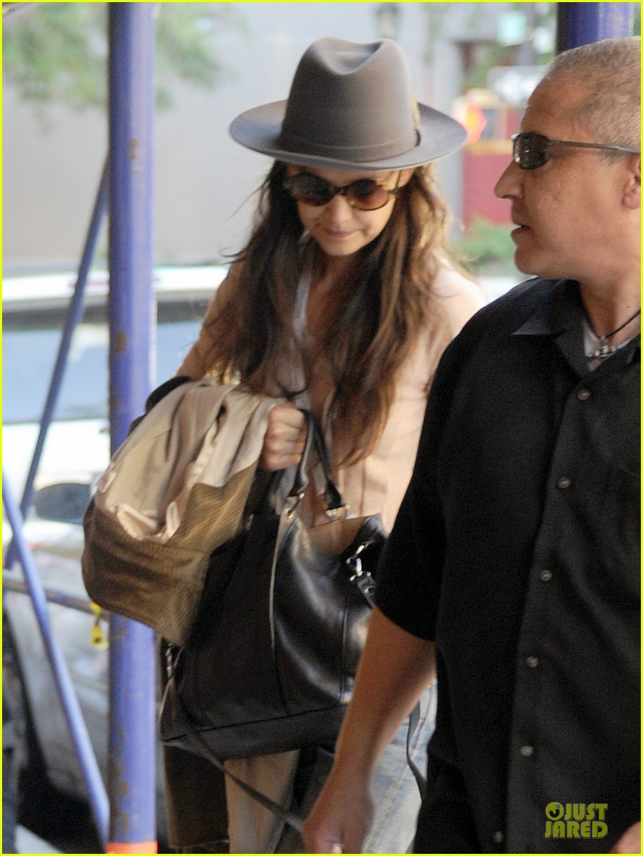 katie holmes suri matches sunglasses with arm cast 12