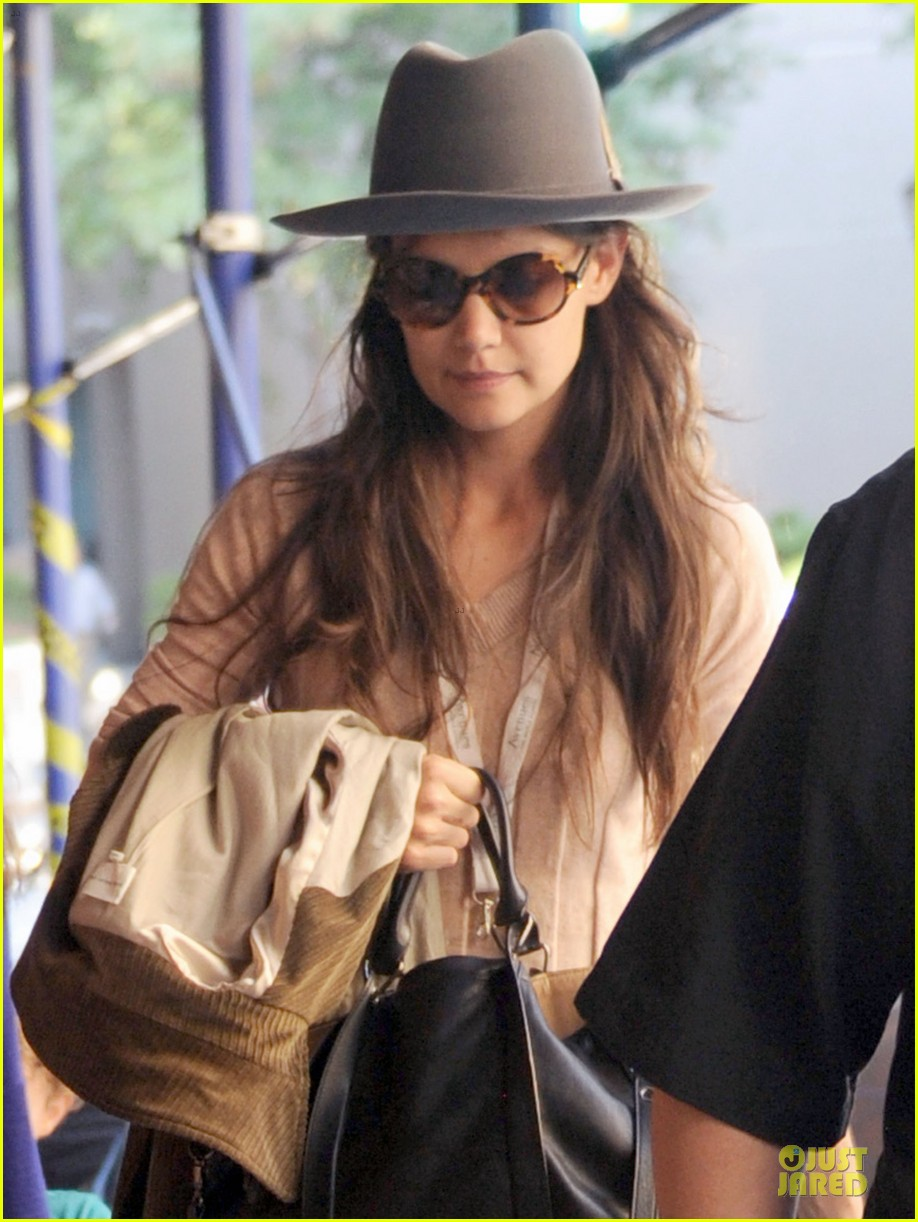 katie holmes suri matches sunglasses with arm cast 13