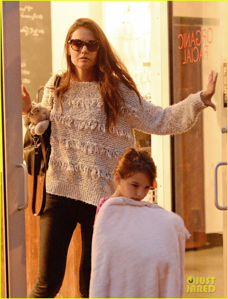 katie holmes pampers suri after she breaks her arm 06