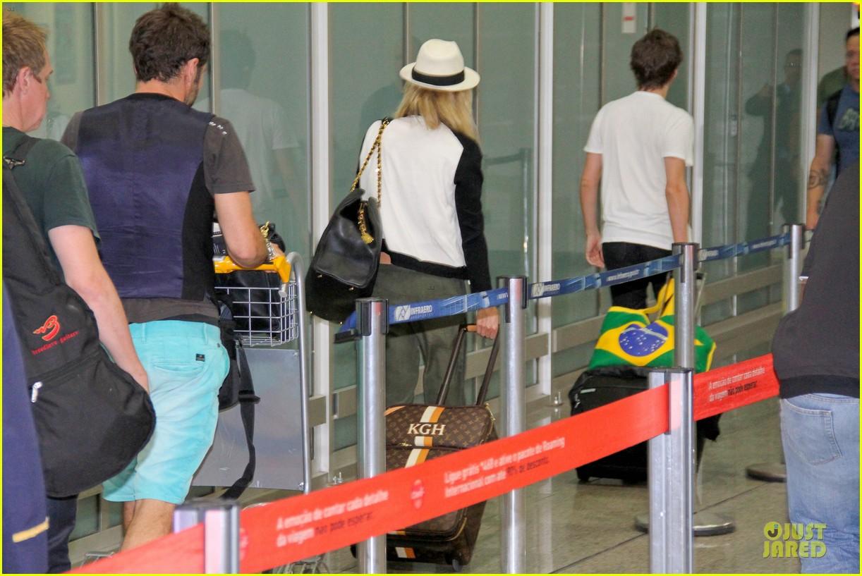 kate hudson flashes flat tummy for rio de janeiro departure 25