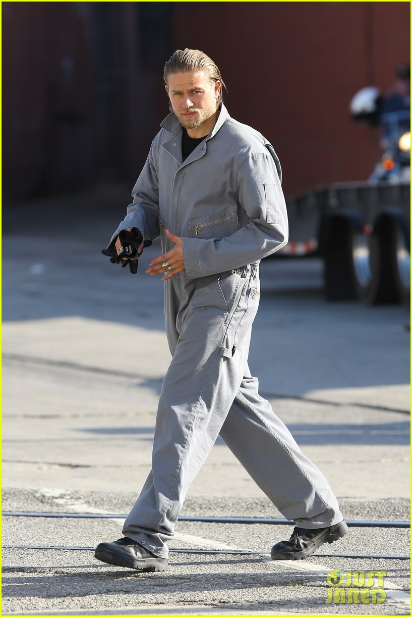 charlie hunnam goes undercover on sons of anarchy set 04