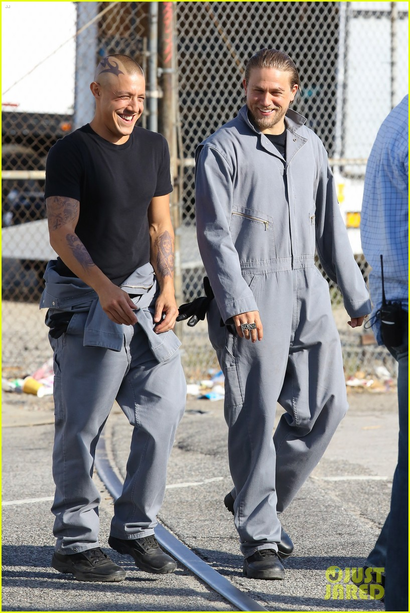 charlie hunnam goes undercover on sons of anarchy set 21