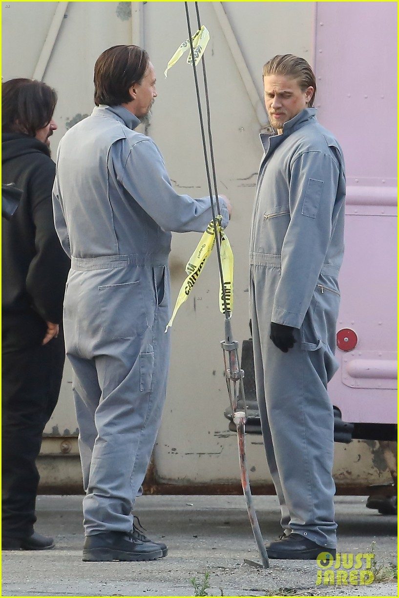 charlie hunnam goes undercover on sons of anarchy set 25