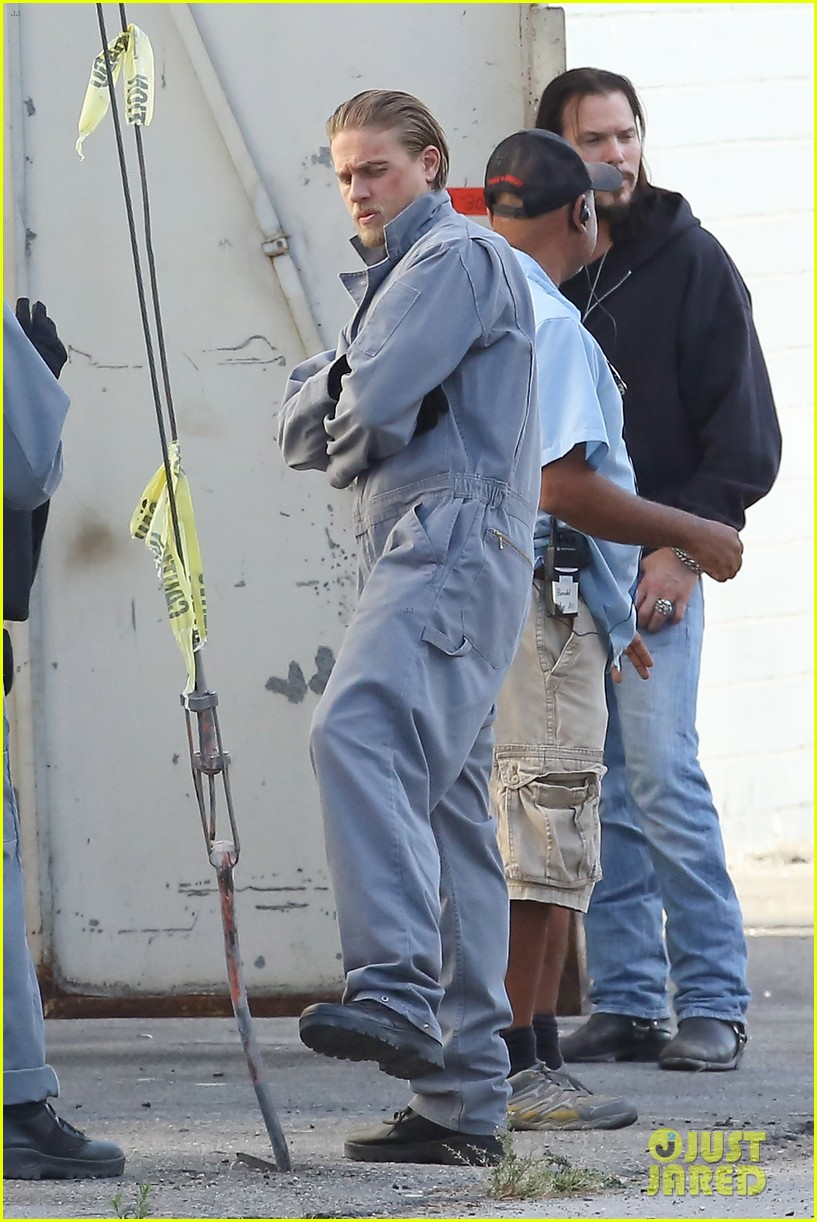 charlie hunnam goes undercover on sons of anarchy set 26