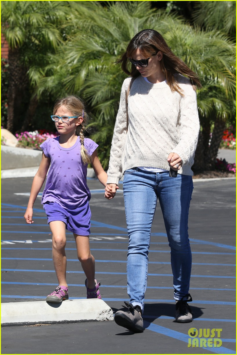 jennifer garner takes violet to her basketball game 102962630