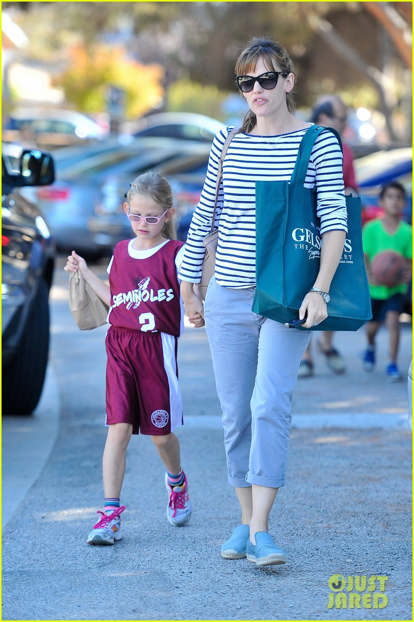 jennifer garner takes violet to her basketball game 16