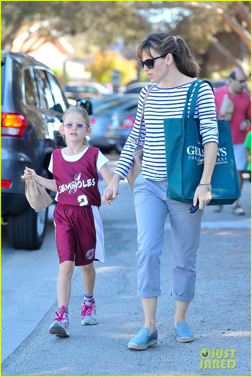 jennifer garner takes violet to her basketball game 22