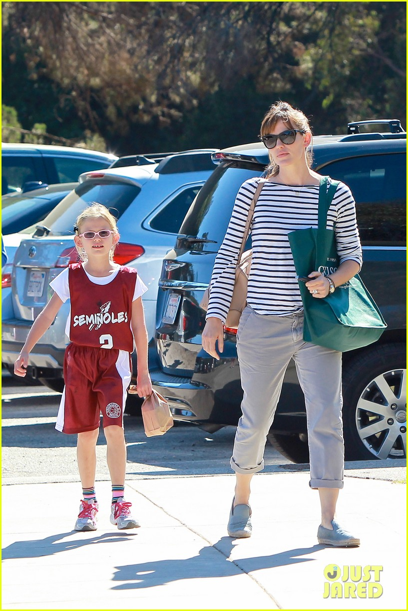 jennifer garner takes violet to her basketball game 312962651